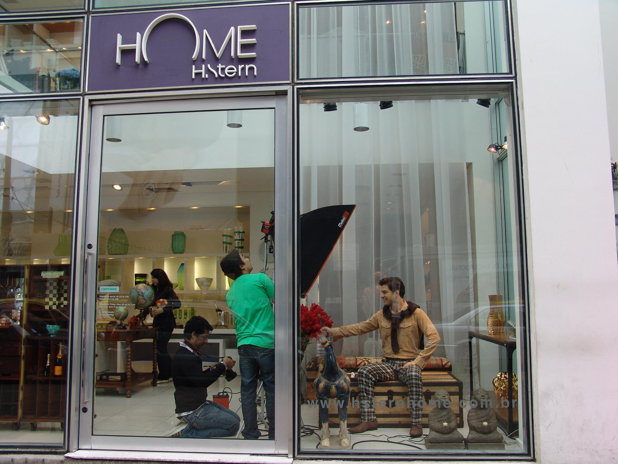 O ator foi clicado até na vitrine da loja!