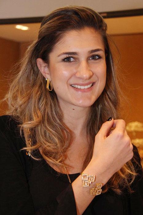 Bárbara Leão de Moura, da Vogue Brasil, posa com bracelete da coleção Jogo de Cartas