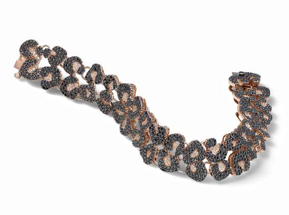 Pulseira inspirada na padronagem do jaguar, com diamantes negros e brancos
